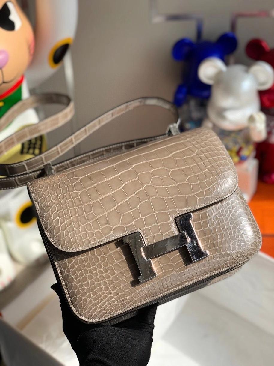 Hermès(爱马仕)Constance 24cm Alligator shiny 亮面鳄鱼  ck81 斑鸠灰 Gris T 银扣 顶级手缝  现货