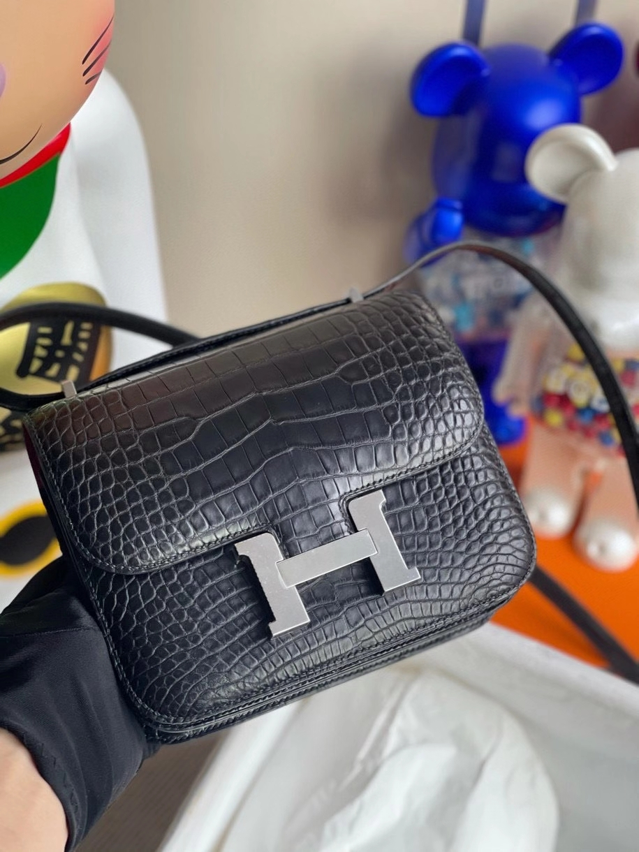 Hermès(爱马仕)Constance 18cm Alligator matt 雾面鳄鱼 ck89 黑色 Noir 内拼 L3 玫瑰紫 马蹄印 银扣