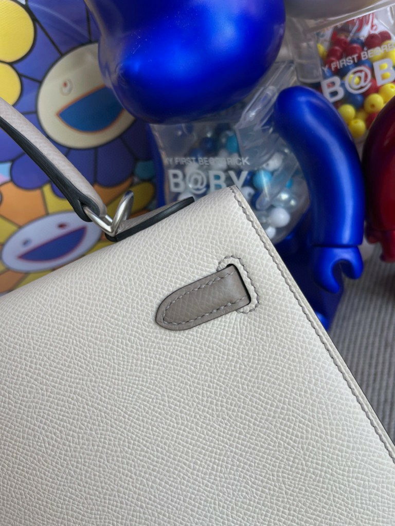 Hermès(爱马仕)Kelly 凯莉包 Epsom 原厂掌纹皮 ck10 奶昔白 拼 M8 沥青灰 磨砂银扣 马蹄印 25cm