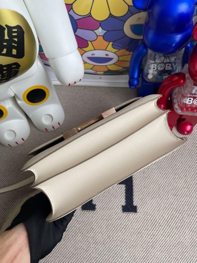 Hermès(爱马仕)Constance 空姐包 Epsom 原厂掌纹皮 ck10 奶昔白 内拼 锡器灰 玫瑰金扣 马蹄印 24cm